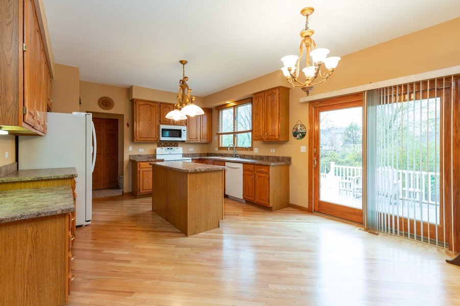 Real Estate Photography - 5 Cardiff Court, Algonquin, IL, 60102 - Kitchen