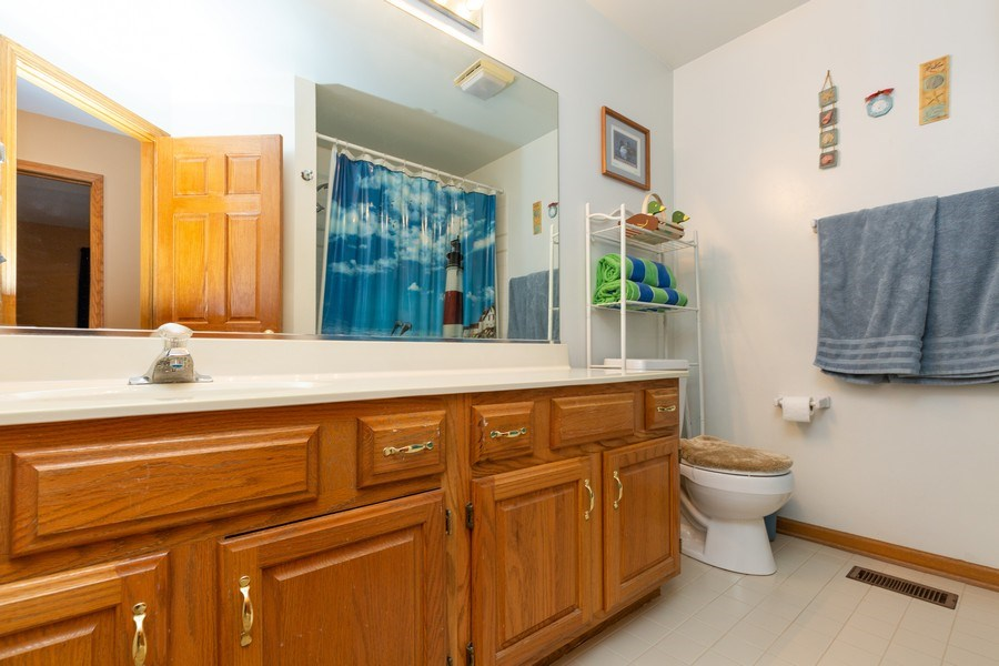 Real Estate Photography - 5 Cardiff Court, Algonquin, IL, 60102 - Bathroom