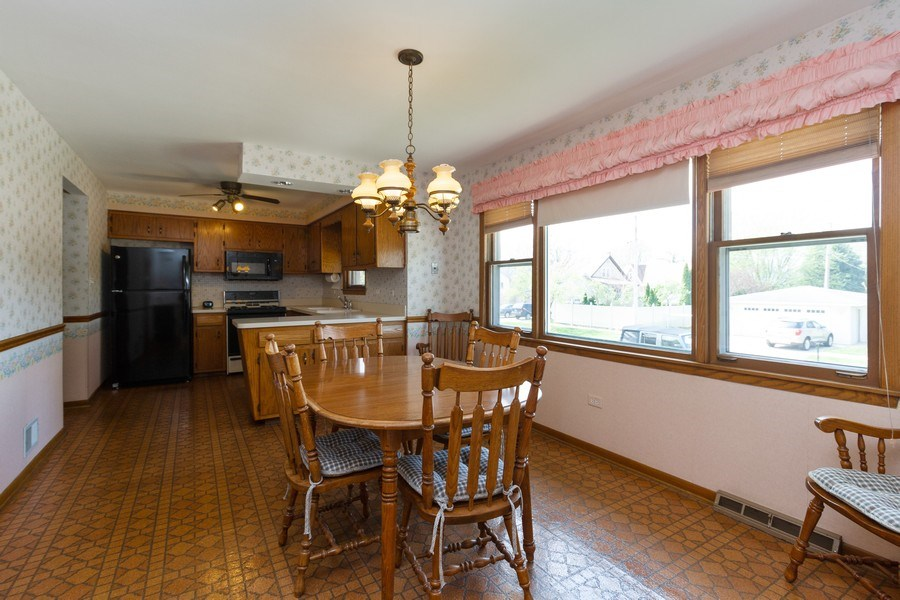 Real Estate Photography - 6241 W. 92nd Place, Oak Lawn, IL, 60453 - Kitchen / Breakfast Room