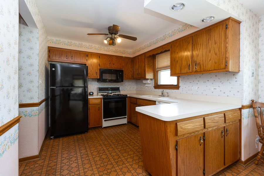 Real Estate Photography - 6241 W. 92nd Place, Oak Lawn, IL, 60453 - Kitchen