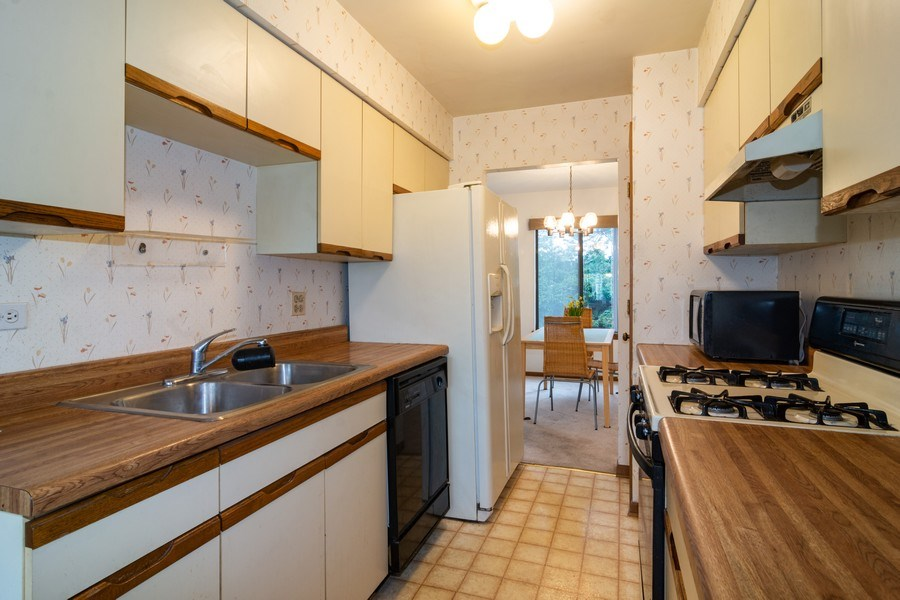 Real Estate Photography - 318 E. Forest Knoll Drive, Palatine, IL, 60074 - Kitchen