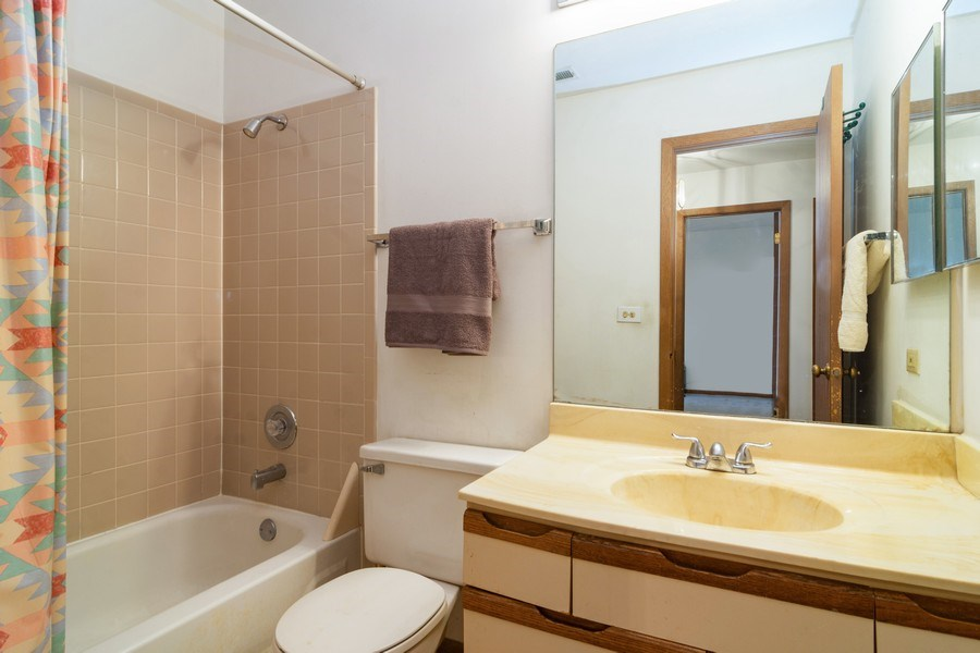 Real Estate Photography - 318 E. Forest Knoll Drive, Palatine, IL, 60074 - Bathroom