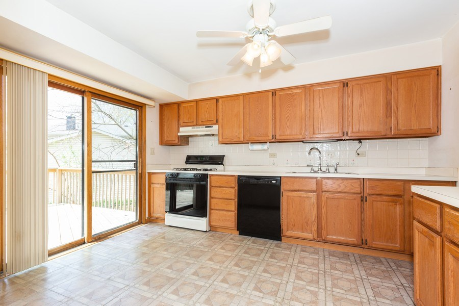 Real Estate Photography - 6 Charlotte Court, Bolingbrook, IL, 60440 - Kitchen