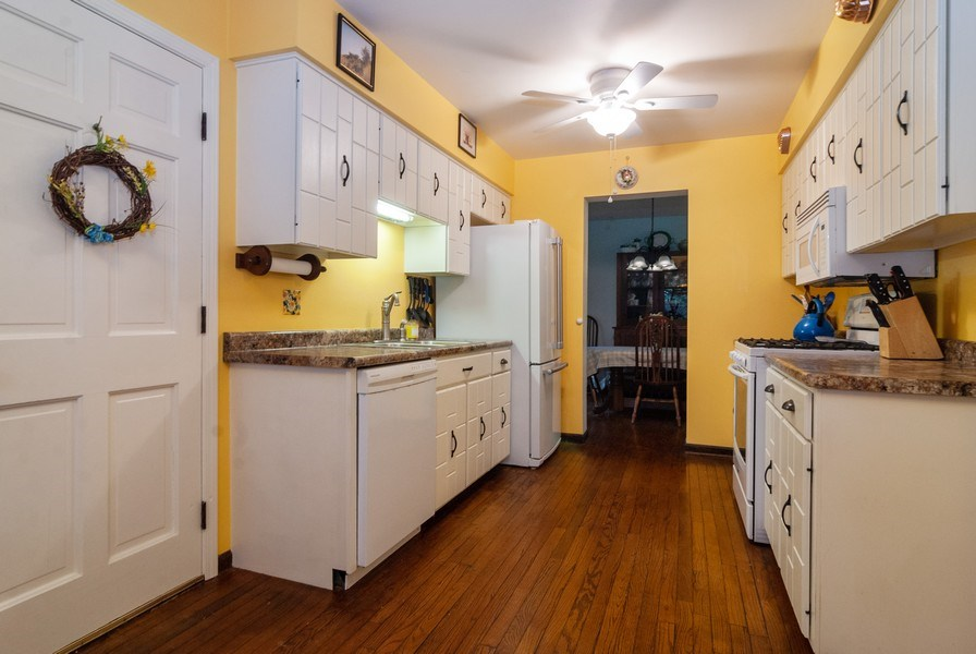 Real Estate Photography - 806 Hamlet Street, Batavia, IL, 60510 - Kitchen