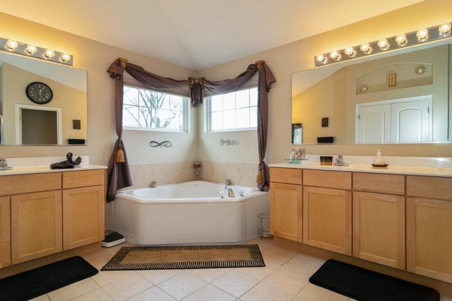 Real Estate Photography - 850 Forest Glen Court, Bartlett, IL, 60103 - Master Bathroom