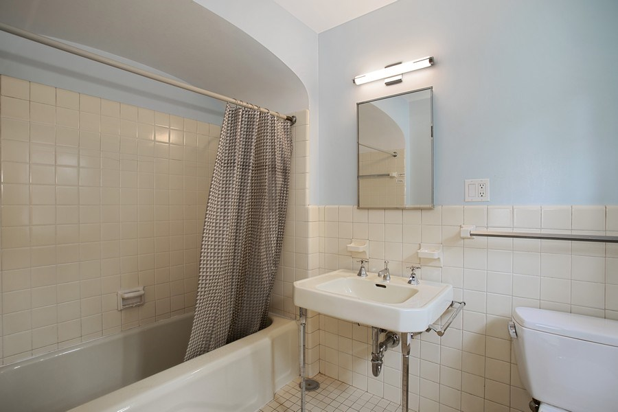 Real Estate Photography - 1727 Hinman Avenue, Evanston, IL, 60201 - 2nd Bedroom Bath
