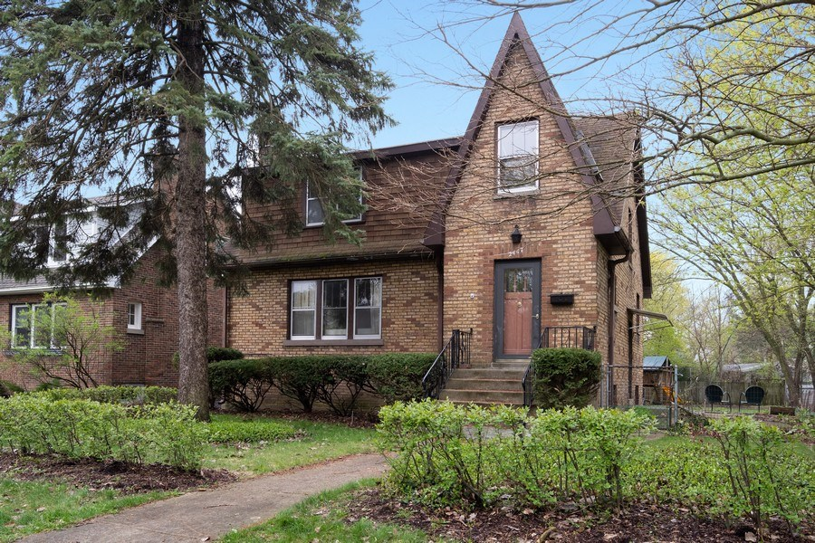 Real Estate Photography - 2447 Birchwood Ln, Wilmette, IL, 60091 - Front View