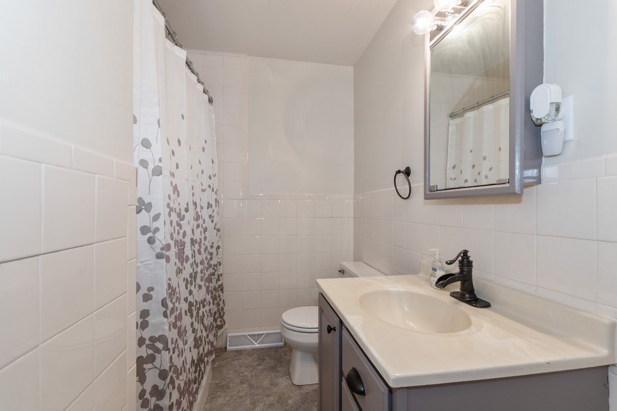 Real Estate Photography - 306 Hillside Pl, North Aurora, IL, 60542 - 2nd Bathroom