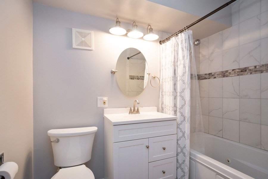 Real Estate Photography - 819 E. MINER Street, Unit 2B, Arlington Heights, IL, 60004 - Bathroom