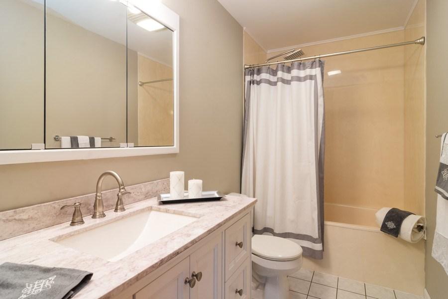 Real Estate Photography - 308 S Derbyshire, Arlington Heights, IL, 60004 - Hall Bath