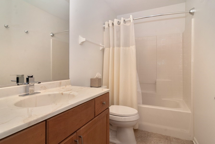 Real Estate Photography - 1236 Townes Circle, Aurora, IL, 60502 - 2nd Bathroom