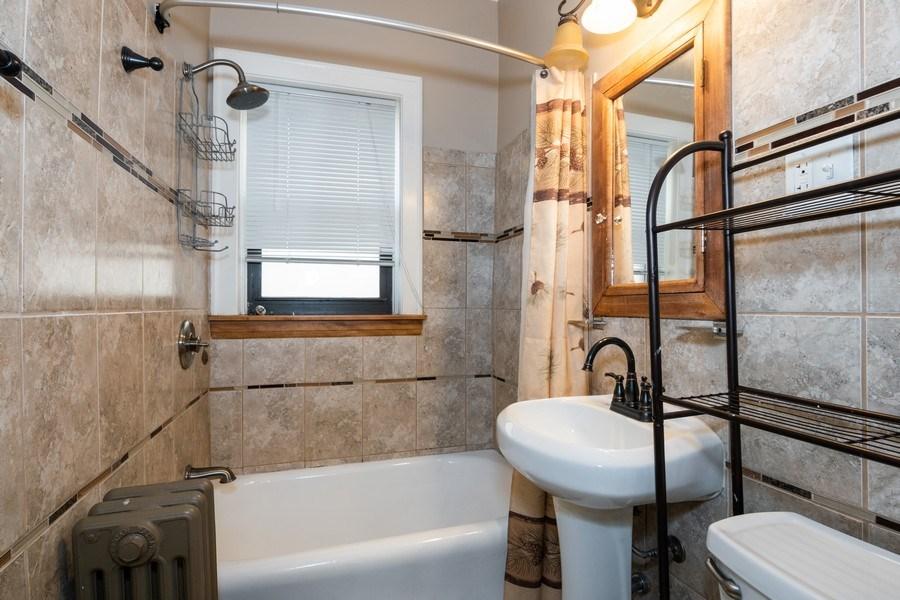 Real Estate Photography - 504 S. Austin Boulevard, Unit 2, Oak Park, IL, 60304 - Bathroom