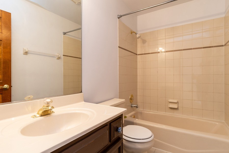 Real Estate Photography - 140 BRECKENRIDGE Drive, Aurora, IL, 60504 - 2nd Bathroom