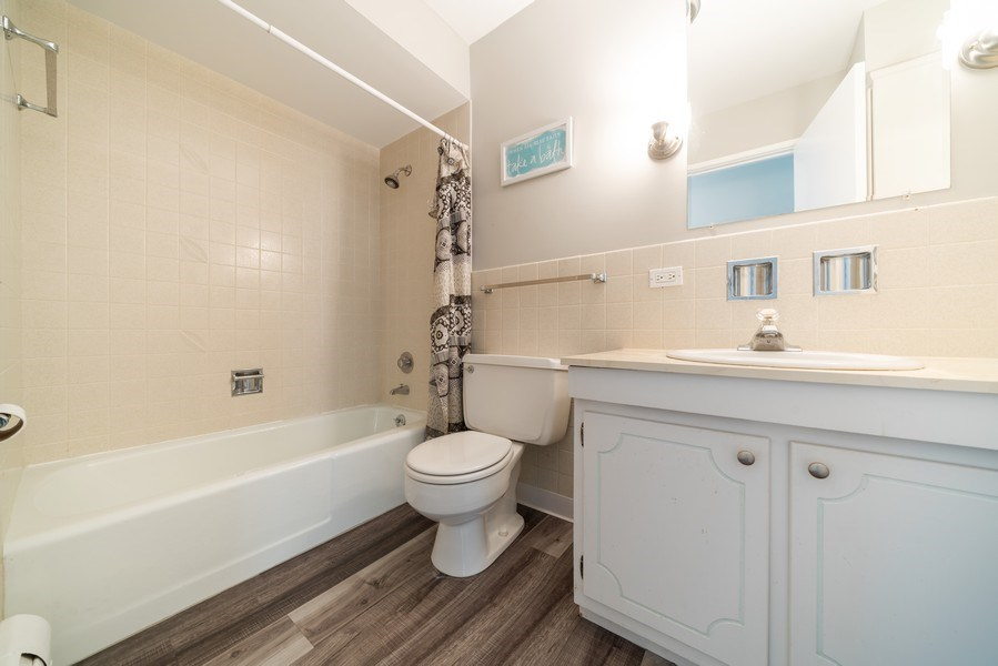 Real Estate Photography - 4225 Saratoga Ave, 105B, Downers Grove, IL, 60515 - 2nd Bathroom