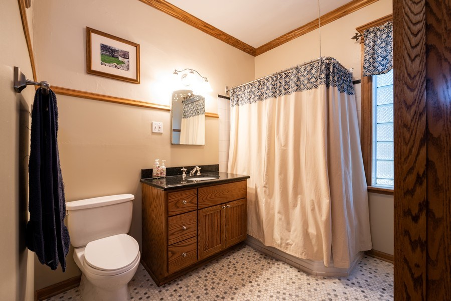 Real Estate Photography - 1456 W. Thome Avenue, Chicago, IL, 60660 - 2nd Floor Bath