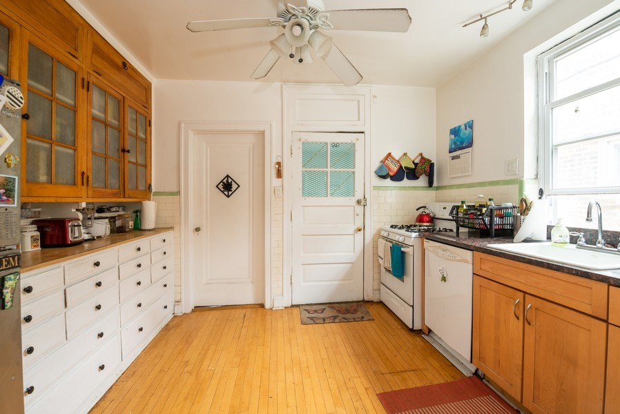 Real Estate Photography - 7355 N. Winchester Avenue, Chicago, IL, 60626 - 3rd Floor Kitchen