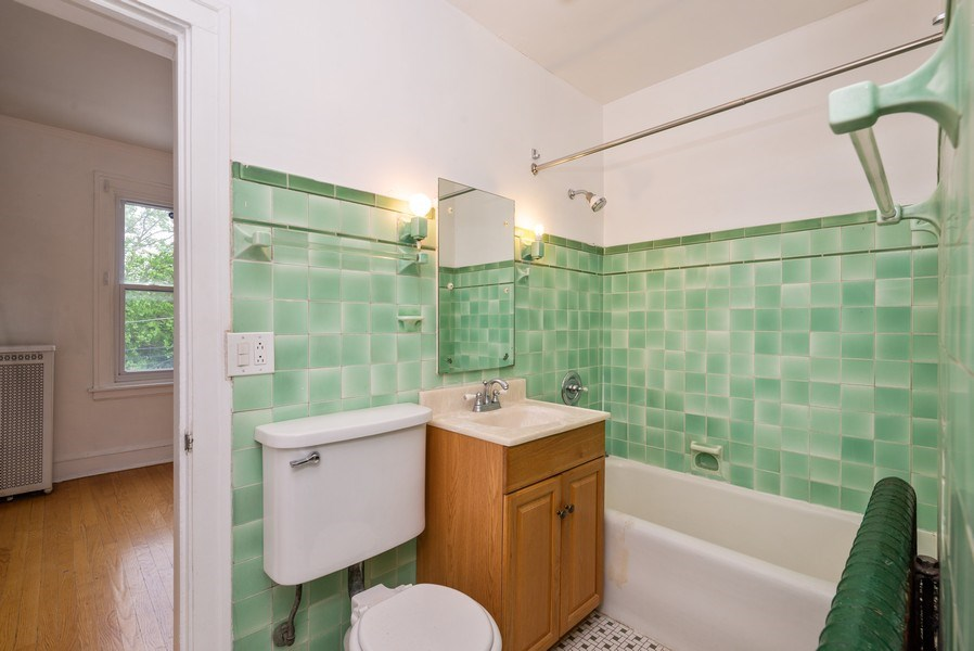 Real Estate Photography - 7355 N. Winchester Avenue, Chicago, IL, 60626 - 2nd Bathroom