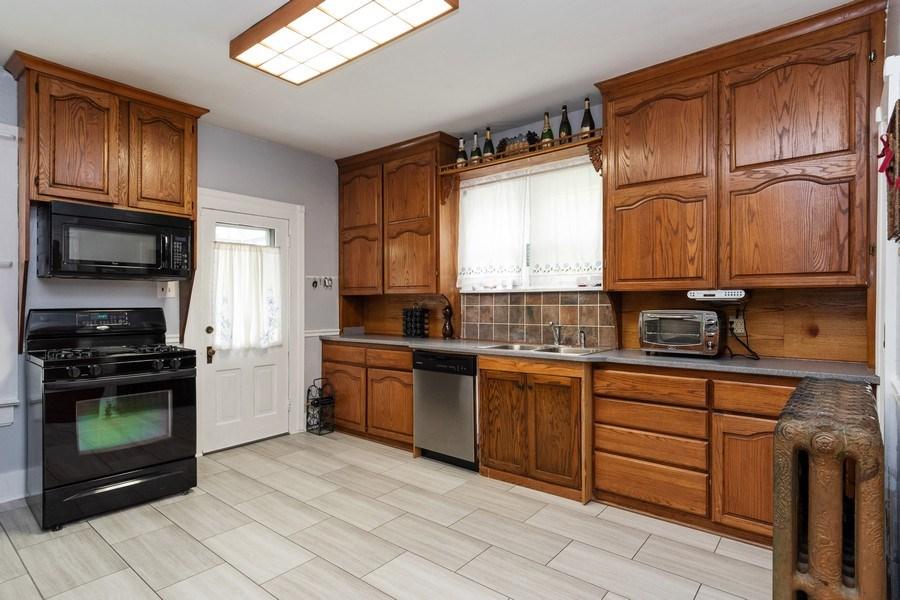 Real Estate Photography - 425 Grant Place, Aurora, IL, 60505 - Kitchen