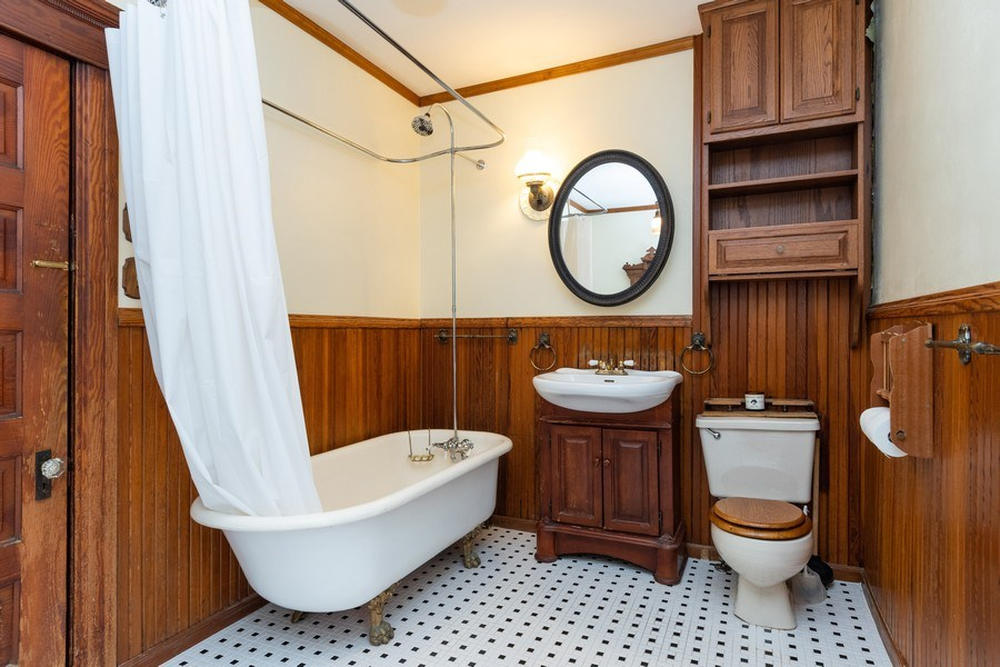 Real Estate Photography - 425 Grant Place, Aurora, IL, 60505 - Bathroom