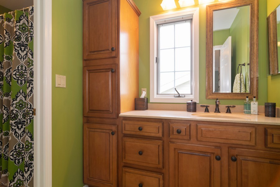 Real Estate Photography - 598 Golfers Lane, Bartlett, IL, 60103 - Main hall bath