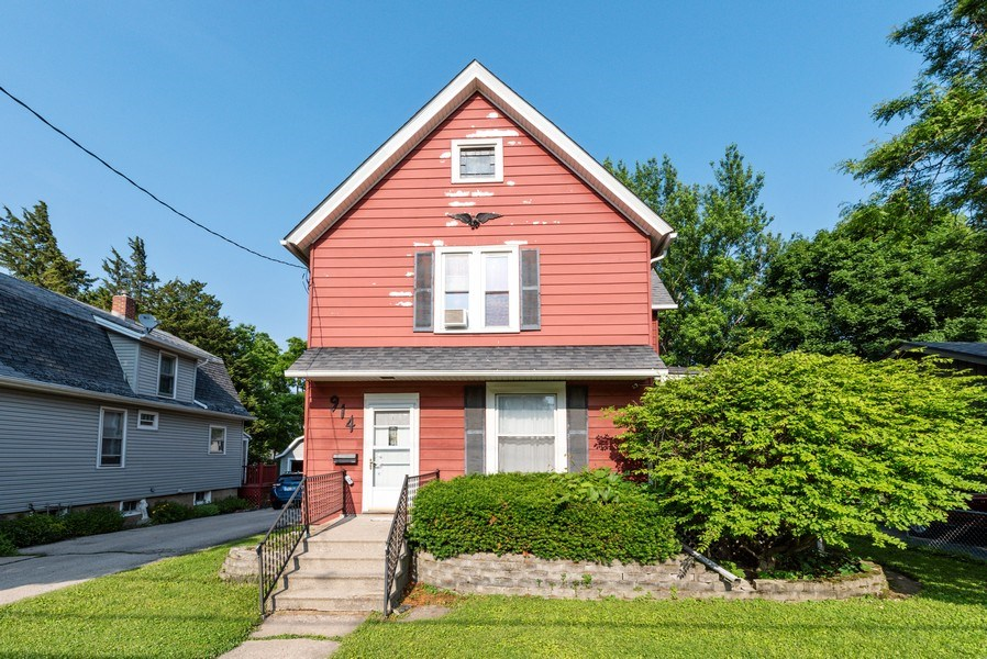 Real Estate Photography - 914 Wicker St, Woodstock, IL, 60098 - Front View