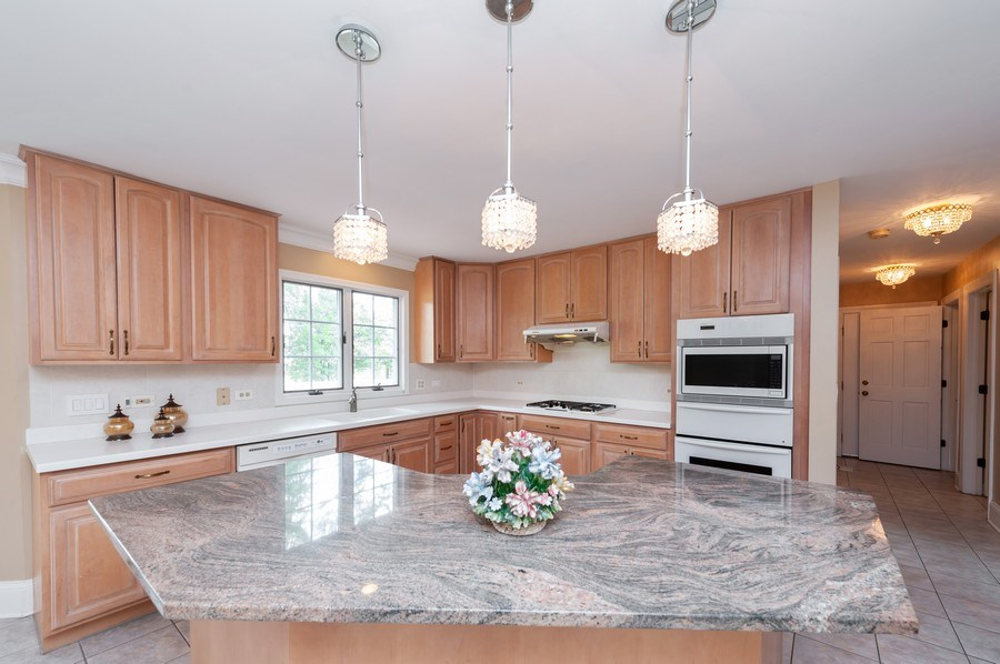 Real Estate Photography - 14 South Meadow Ct, South Barrington, IL, 60010 - Kitchen