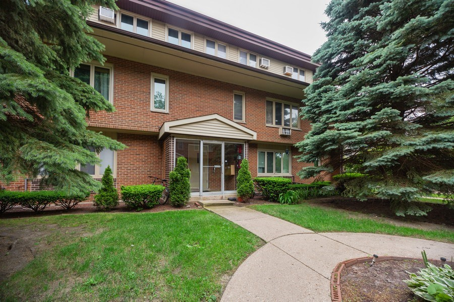 Real Estate Photography - 816 W. Saint James Street, Unit 2SW, Arlington Heights, IL, 60005 - Front View