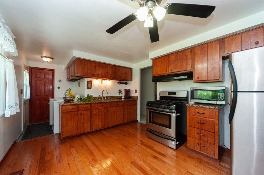 Real Estate Photography - 621 W. Weathersfield Way, Schaumburg, IL, 60193 - Kitchen