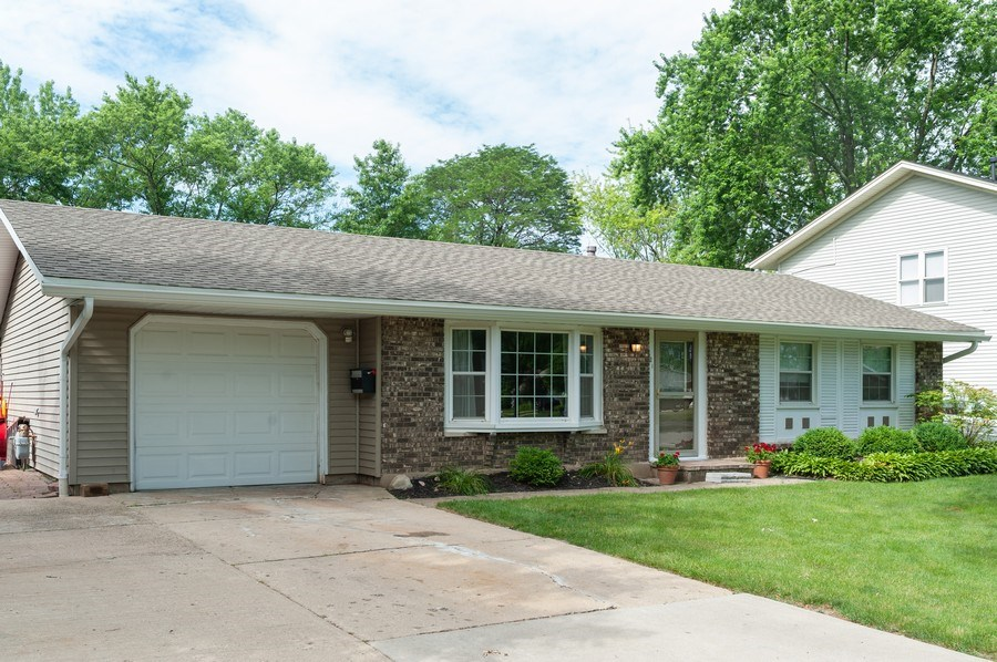 Real Estate Photography - 621 W. Weathersfield Way, Schaumburg, IL, 60193 - Front View