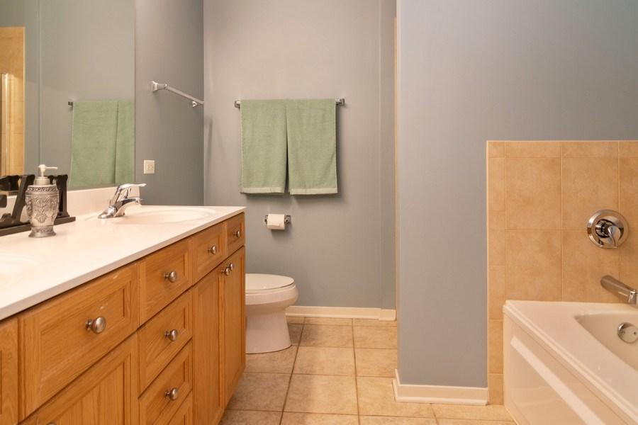 Real Estate Photography - 101 N. Euclid Avenue, Unit 19, Oak Park, IL, 60301 - Master Bathroom