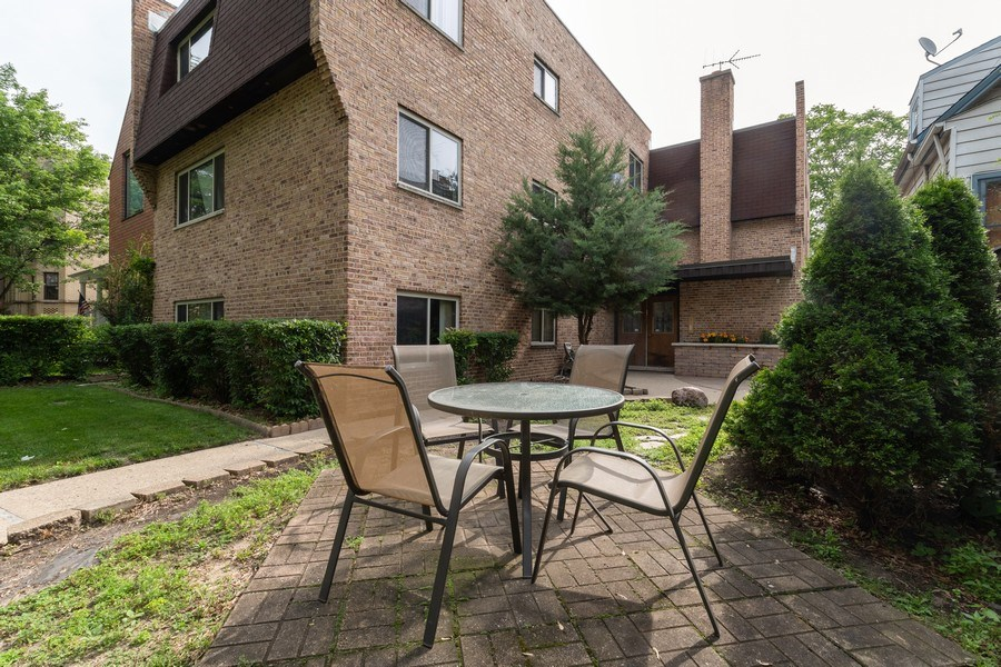 Real Estate Photography - 4881 N. Hermitage Avenue, Unit 102, Chicago, IL, 60640 - FRONT PATIO SET