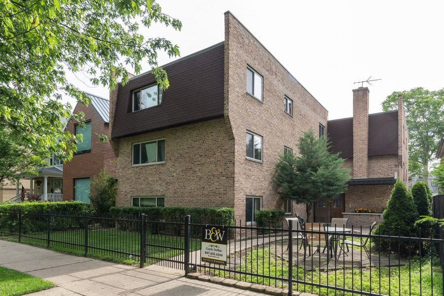 Real Estate Photography - 4881 N. Hermitage Avenue, Unit 102, Chicago, IL, 60640 - FRONT WITH GATE