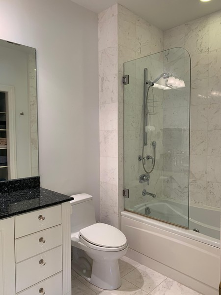 Real Estate Photography - 1660 ROBINWOOD Lane, Riverwoods, IL, 60015 - 2nd bedroom bath