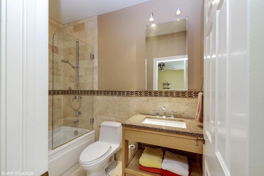 Real Estate Photography - 1660 ROBINWOOD Lane, Riverwoods, IL, 60015 - en-suite bath for 3rd bedroom