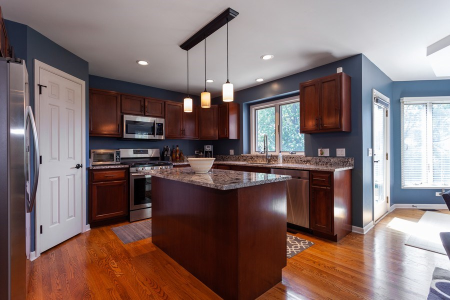 Real Estate Photography - 7 Fenview Ct, Bolingbrook, IL, 60440 - Kitchen
