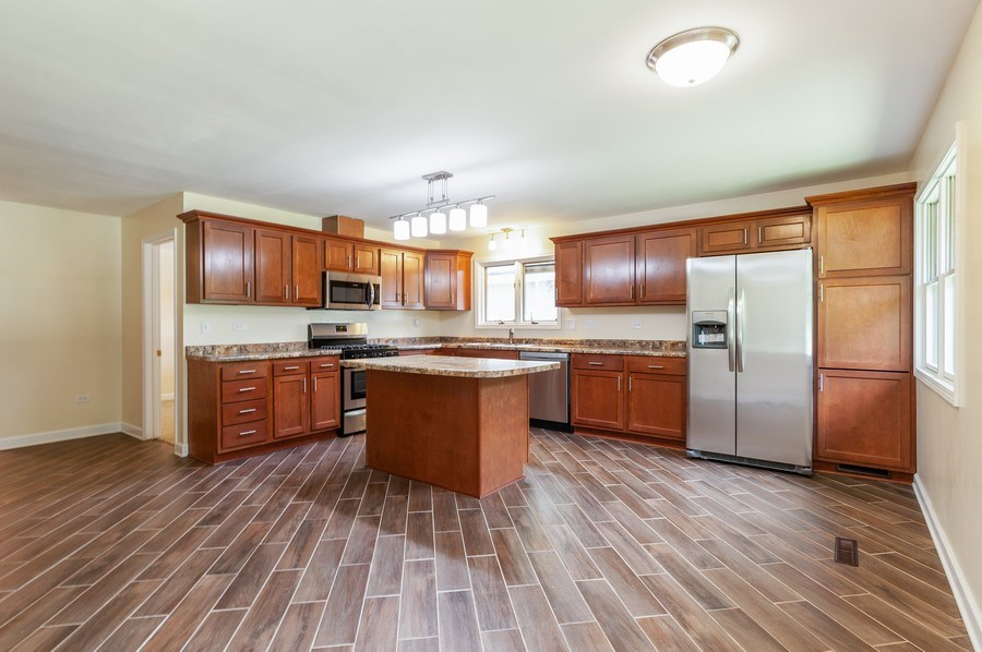 Real Estate Photography - 39550 N. Petite Pass, Antioch, IL, 60002 - Kitchen