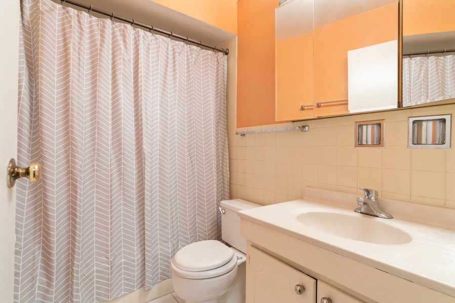 Real Estate Photography - 539 W. STRATFORD Place, Unit 204, Chicago, IL, 60657 - Bathroom