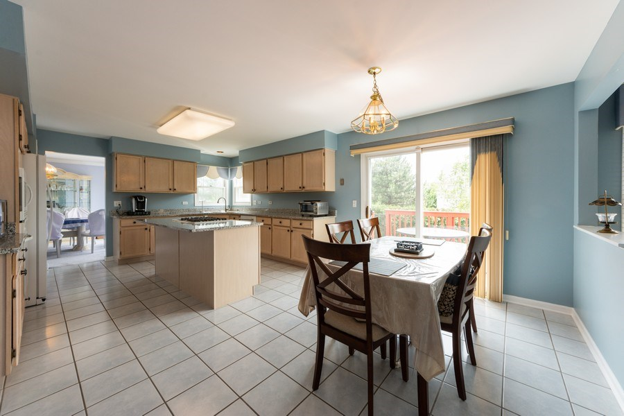 Real Estate Photography - 5255 Morningview Drive, Hoffman Estates, IL, 60192 - Kitchen / Breakfast Room