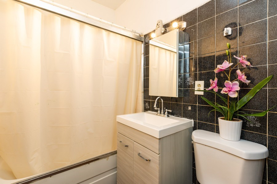 Real Estate Photography - 1122 N. Wolcott Avenue, Chicago, IL, 60622 - Bathroom