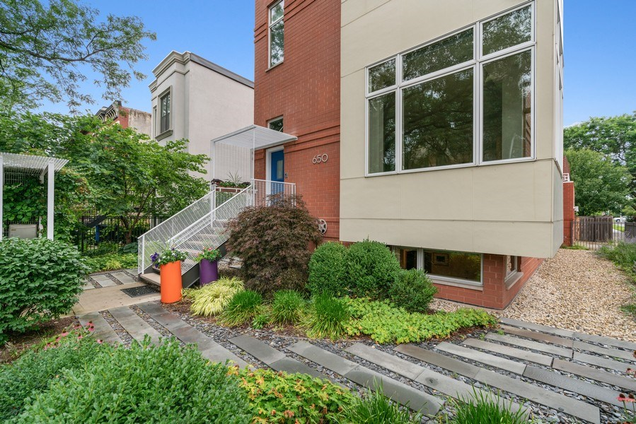 Real Estate Photography - 650 East Oakwood Blvd, Chicago, IL, 60653 - Front Yard