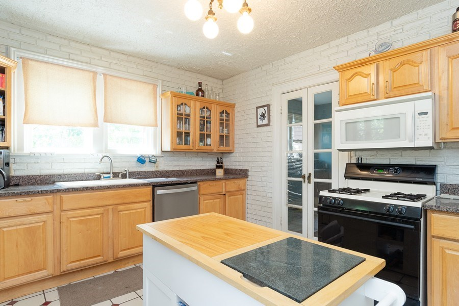 Real Estate Photography - 240 South Lincoln Ave, Aurora, IL, 60505 - Kitchen