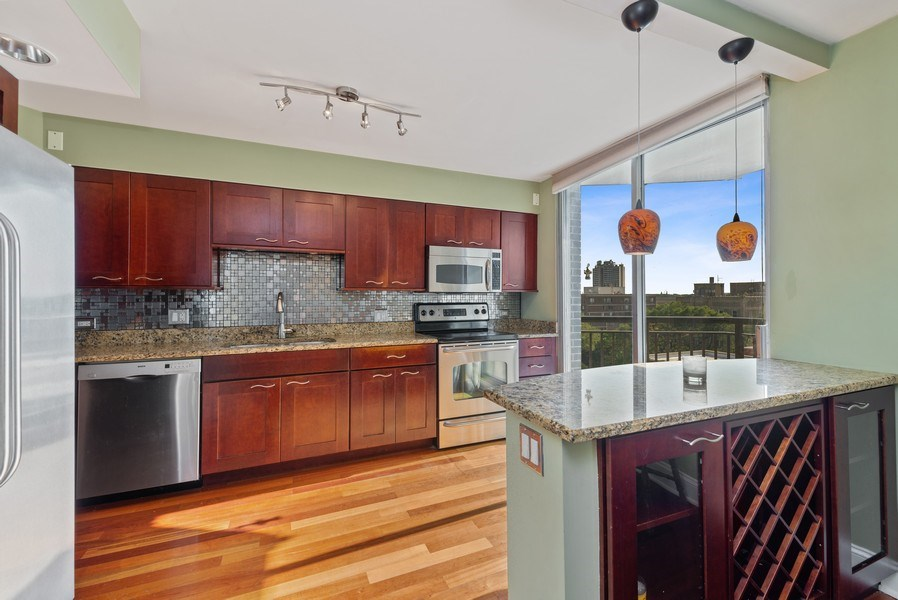 Real Estate Photography - 6007 North Sheridan Rd, 7K, Chicago, IL, 60660 - Kitchen