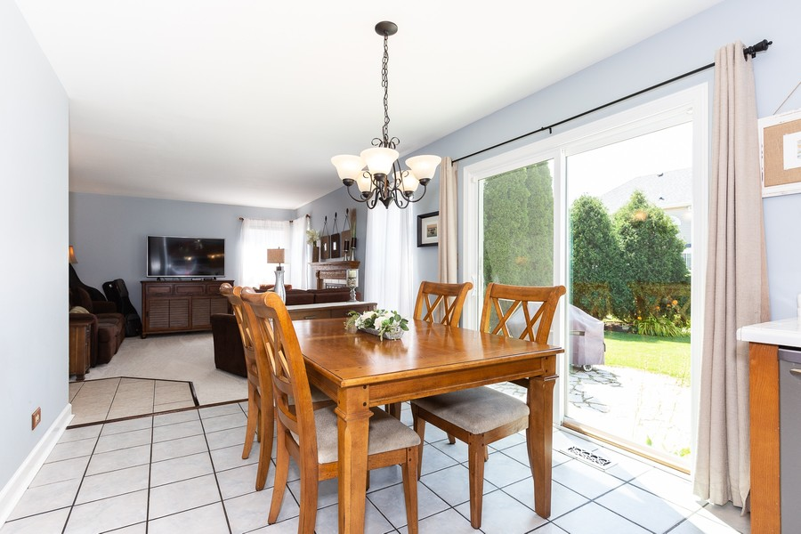 Real Estate Photography - 2135 Periwinkle Ln, Naperville, IL, 60540 - KITCHEN EATING AREA