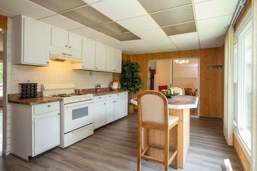 Real Estate Photography - 1710 Highland Blvd, Hoffman Estates, IL, 60169 - Kitchen