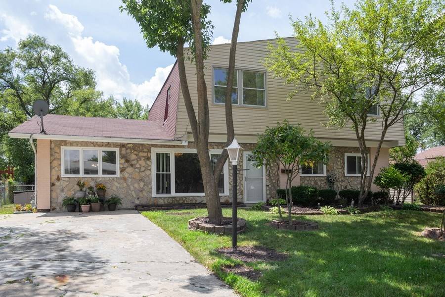 Real Estate Photography - 1710 Highland Blvd, Hoffman Estates, IL, 60169 - Front View