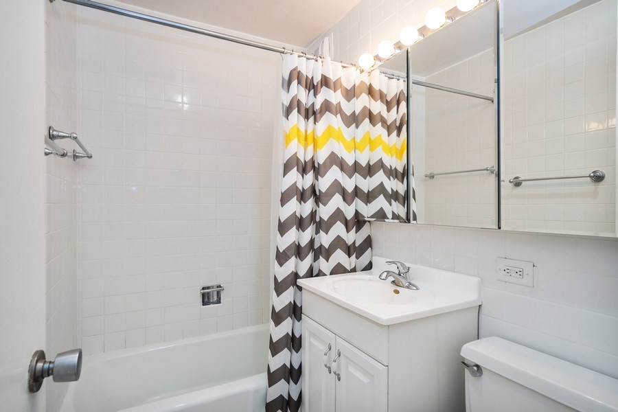 Real Estate Photography - 2626 N Lakeview Ave, Unit 4105, Chicago, IL, 60614 - Bathroom