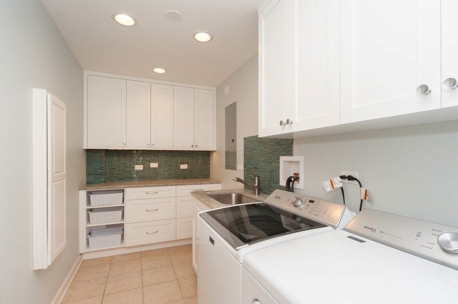 Real Estate Photography - 400 Village Green Pkwy, 304, Lincolnshire, IL, 60069 - Laundry Room