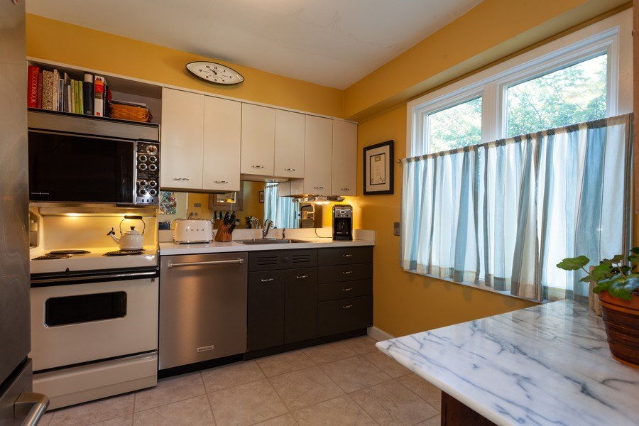 Real Estate Photography - 202 Chanticleer Ln, Hinsdale, IL, 60521 - Kitchen