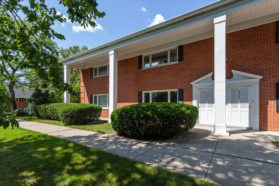 Real Estate Photography - 202 Chanticleer Ln, Hinsdale, IL, 60521 - Front View