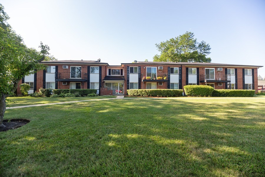 Real Estate Photography - 2431 East Brandenberry Ct, 1R, Arlington Heights, IL, 60004 - Front View